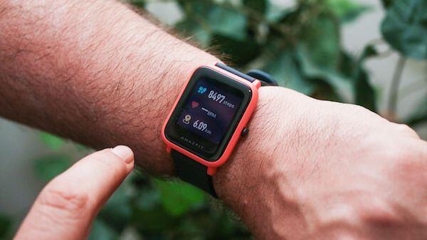 Xiaomi Amazfit Bip: mucho más que una simple pulsera de fitness Lo primero que debemos decirte es que, en estos momentos, la propia marca Xiaomi no considera que la Amazfit Bip sea una pulsera fitness o de actividad. De hecho, tiene catalogado el dispositivo dentro de su oferta de relojes inteligentes Xiaomi. Esto ya debe hacerte pensar que se trata de un dispositivo capaz de ofrecerte prestaciones adicionales y similares a las de un smartwatch.  Eso sí, debes tener en cuenta una cosa. Todos los relojes Xiaomi Amazfit no son fabricados directamente por Xiaomi. De hecho, no debes sorprenderte si encuentras este modelo con el nombre de Huami Amazfit Bip. Esto se debe a que Huami es la compañía que los produce y los ensambla a petición de Xiaomi. Por este motivo, si encuentras una buena oferta para comprar este reloj de actividad, no la dejes escapar por el simple hecho de que no posea el logotipo de Xiaomi.  Principales características de la Xiaomi Amazfit Bip Muchos usuarios se preguntan si la Xiaomi Amazfit Bip es la mejor pulsera de actividad barata del momento. Nosotros vamos a tratar de aclarar esta cuestión o al menos guiarte por sus funcionalidades y características por si estuvieras interesado en adquirirla. Para ello, antes de nada, toca exponer sus especificaciones técnicas:  Pantalla: LCD táctil a color de 1,28 pulgadas. Panel protector Gorilla Glass 2.5D. Resolución de 176x176 píxeles. Procesador: ADI Dual Core 1,2 Ghz. Memoria RAM: 128 MB. Capacidad de almacenamiento interno: No. Estructura: correa de silicona, caja de policarbonato y esfera de cristal. Conectividad: compatible con iOS y Android. GPS + GLONASS y Bluetooth 4.0. Sensores: acelerómetro de 3 ejes geomagnético, barómetro de presión, brújula y pulsómetro. Resistencia al agua y al polvo: certificación IP68. Peso: 32 g. Batería: 190 mAh de litio. Autonomía en standby de 45 días. Precio de lanzamiento en febrero de 2018: 69,99 €. A todo esto hay que añadir, además, que el smartwatch Amazfit Bip cu