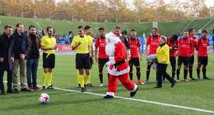 Gratis Futbol  Badalona - Ontinyent entregando un juguete