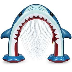 Tiburón hinchable con aspersores para niños