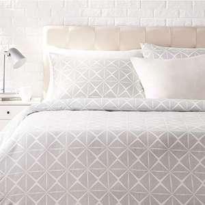 Amazon Basics - Juego de ropa de cama con funda de edredón, de satén, 230 x 220 cm / 50 x 80 cm x 2, Gris cuarzo