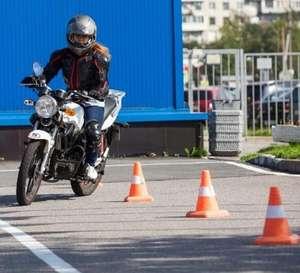 Seis clases de conducción de moto (4 clases de maniobras y 2 de circulación)