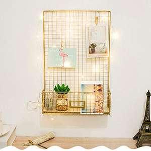 Panel de rejilla de pared para colgar fotos con estante. Incluye 6 clips y dos postales.