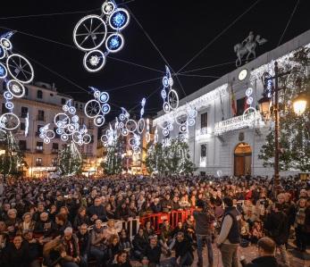 3000 bolsas de cotillón + 3000 raciones de uvas para despedir el año en Granada