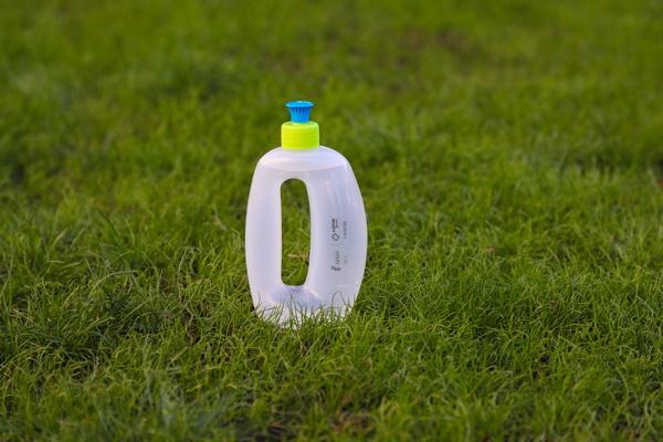 Getafe-LYMA entregará 8.000 botellas a los dueños de perros para que limpien los orines de sus mascotas en la calle
