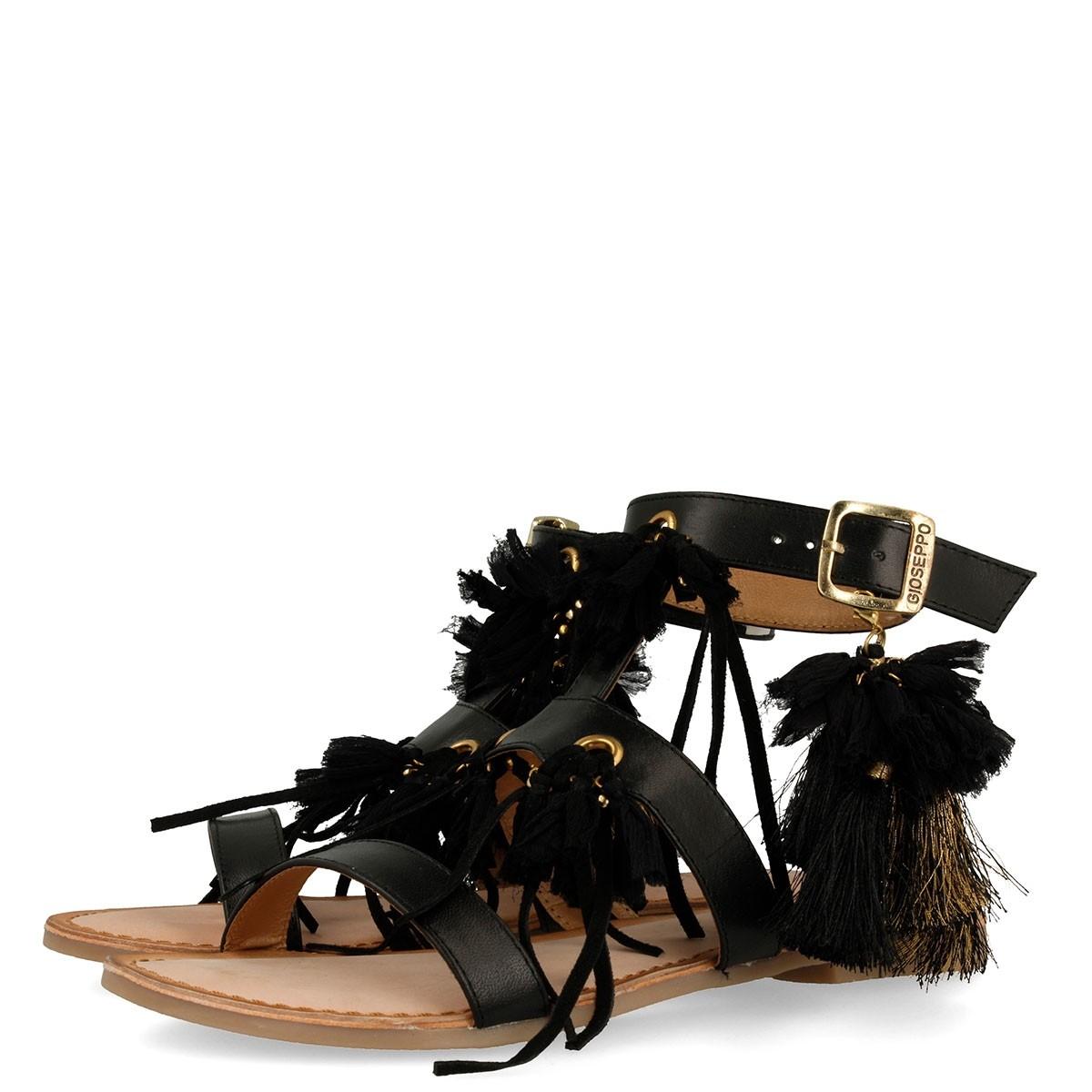 Chollaco en sandalias de piel
