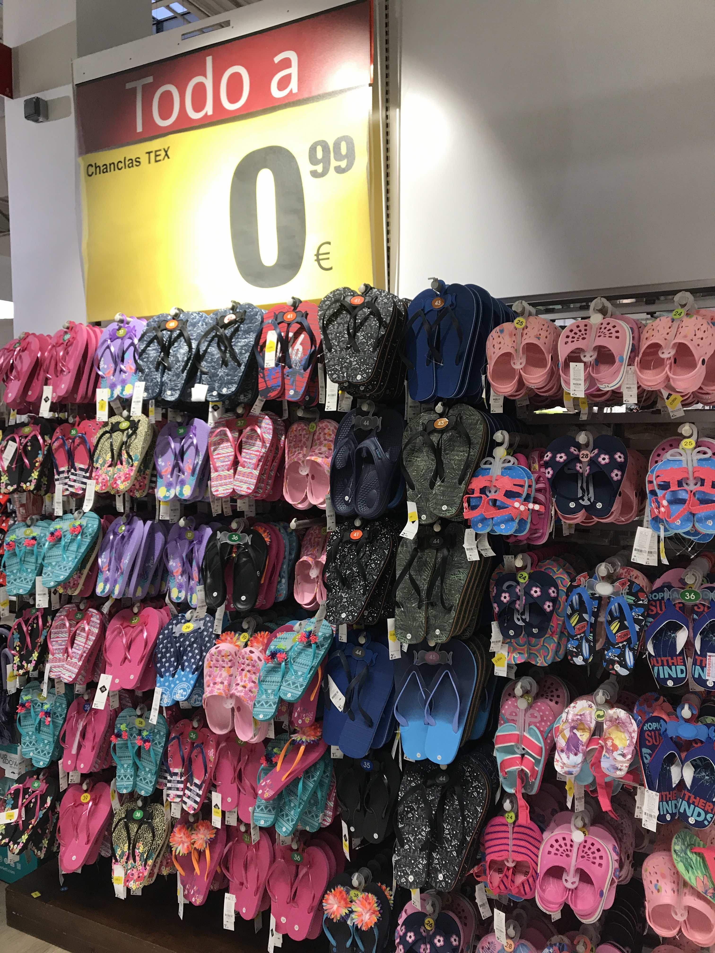 CARREFOUR: Chanclas, zuecos y zapatillas de estar por casa