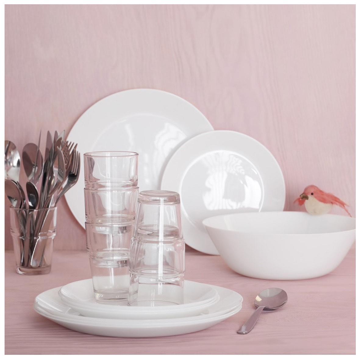 Platos, bol, cubiertos y vasos por 13€.