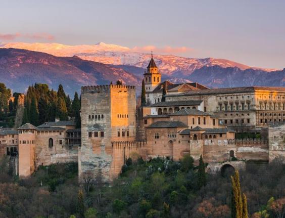 San Valentín en Granada: Noche en hotel con desayuno, acceso al spa y detalle bienvenida incluido