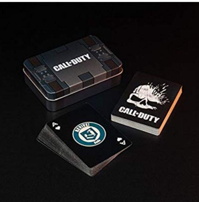 Juego de cartas temático con imágenes de Call of Duty y logotipos perk-a-cola, con una lata de almacenamiento en relieve.
