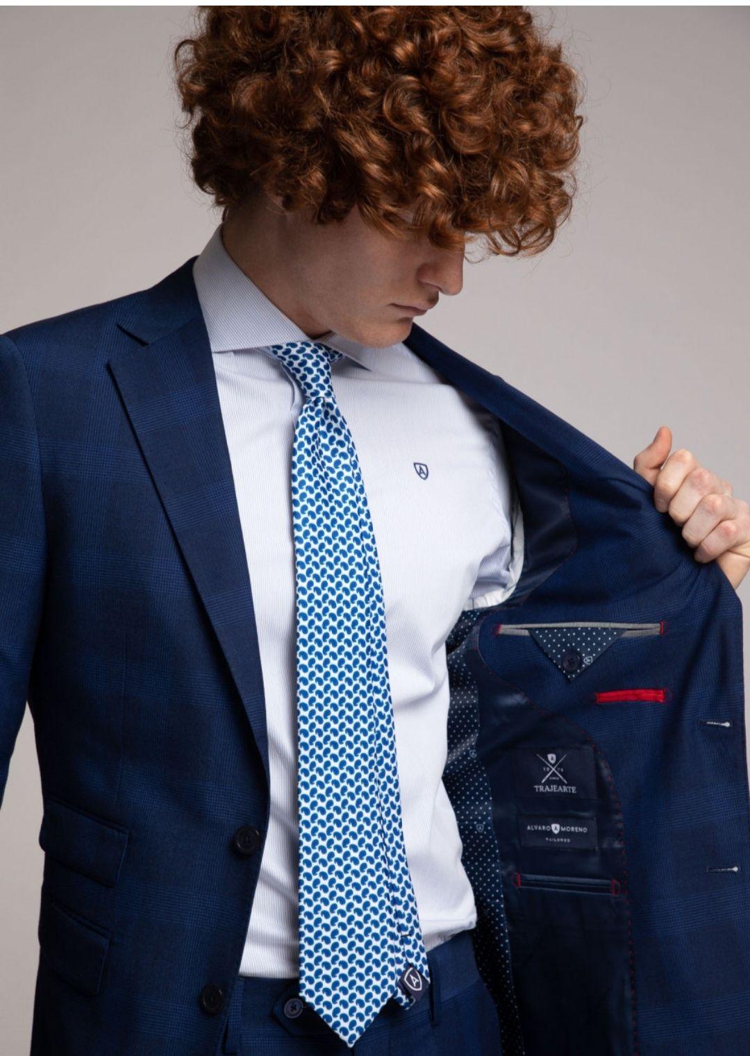Traje Álvaro Moreno con camisa, corbata y pañuelo por 100€