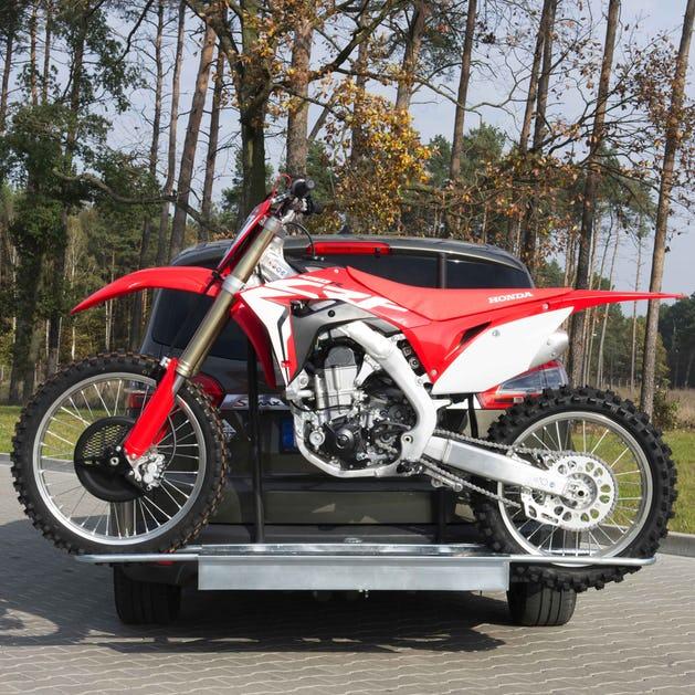Porta motos bola de remolque dañado en transporte