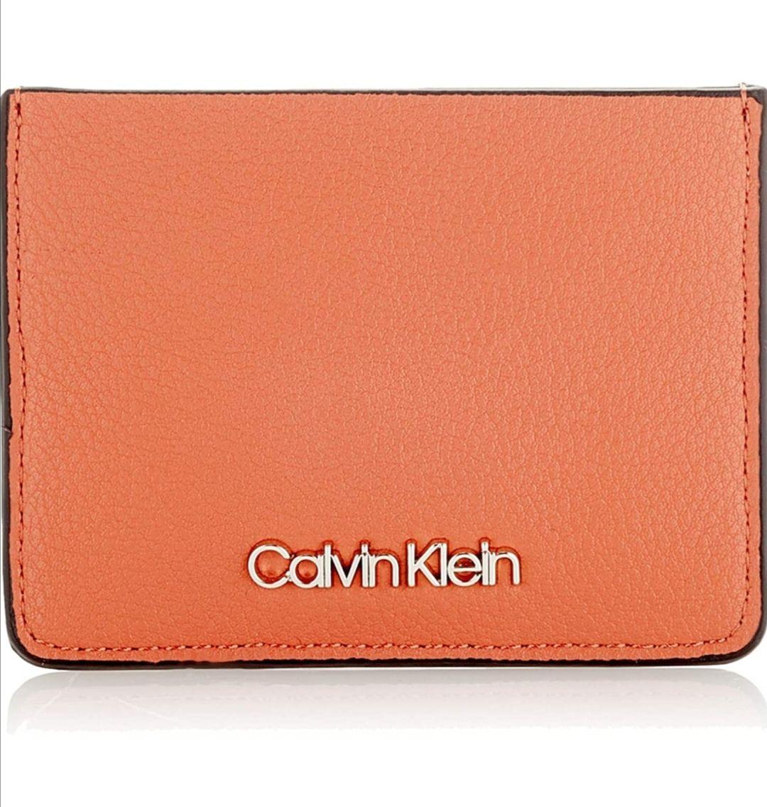 Tarjetero Calvin Klein marrón.