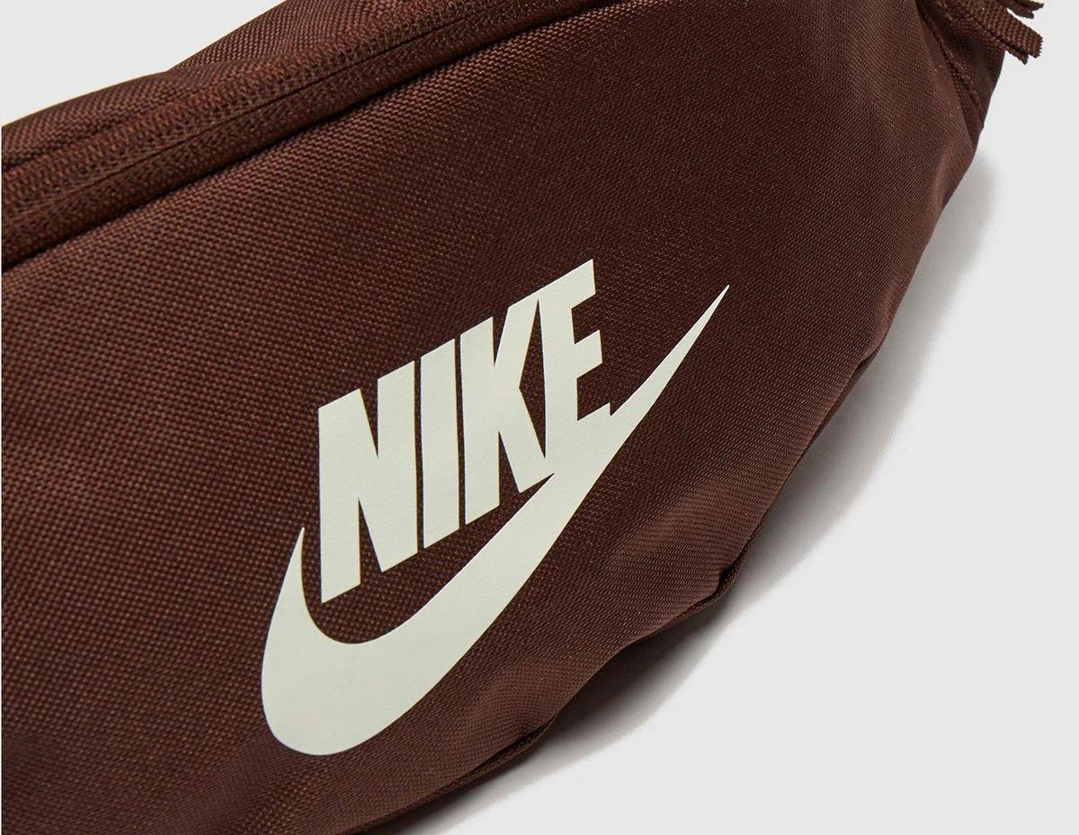 Bandolera/riñonera Nike color marrón.