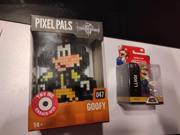 Pixel pala Goofy y luigi figura en carrefour Tarragona