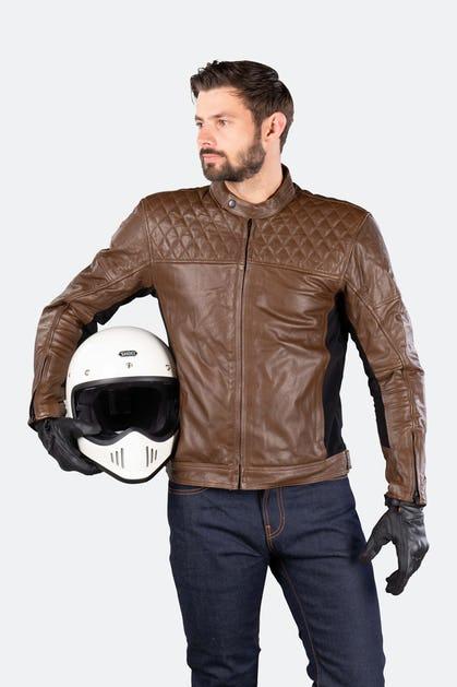 Cazadora de moto, de piel, con protecciones.