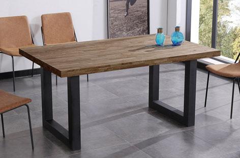 Mesa estilo nórdica en roble oscuro.