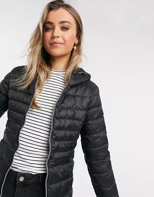 Abrigo negro acolchado de corte slim con capucha de ONLY