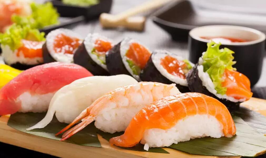 Menú para dos personas con 40 piezas de sushi y 2 bebidas
