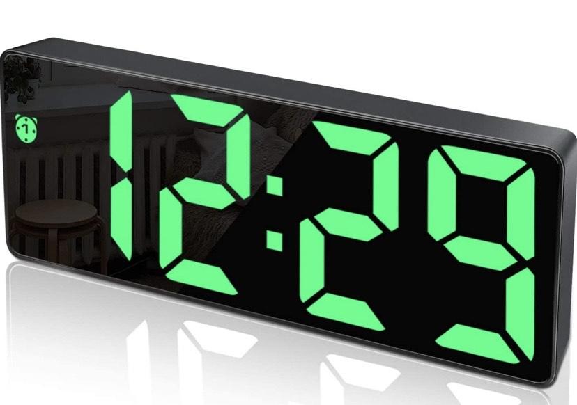 Reloj Despertador Digital,Pantalla LED de Números Grandes con Función de Repetición Brillo Cargador USB