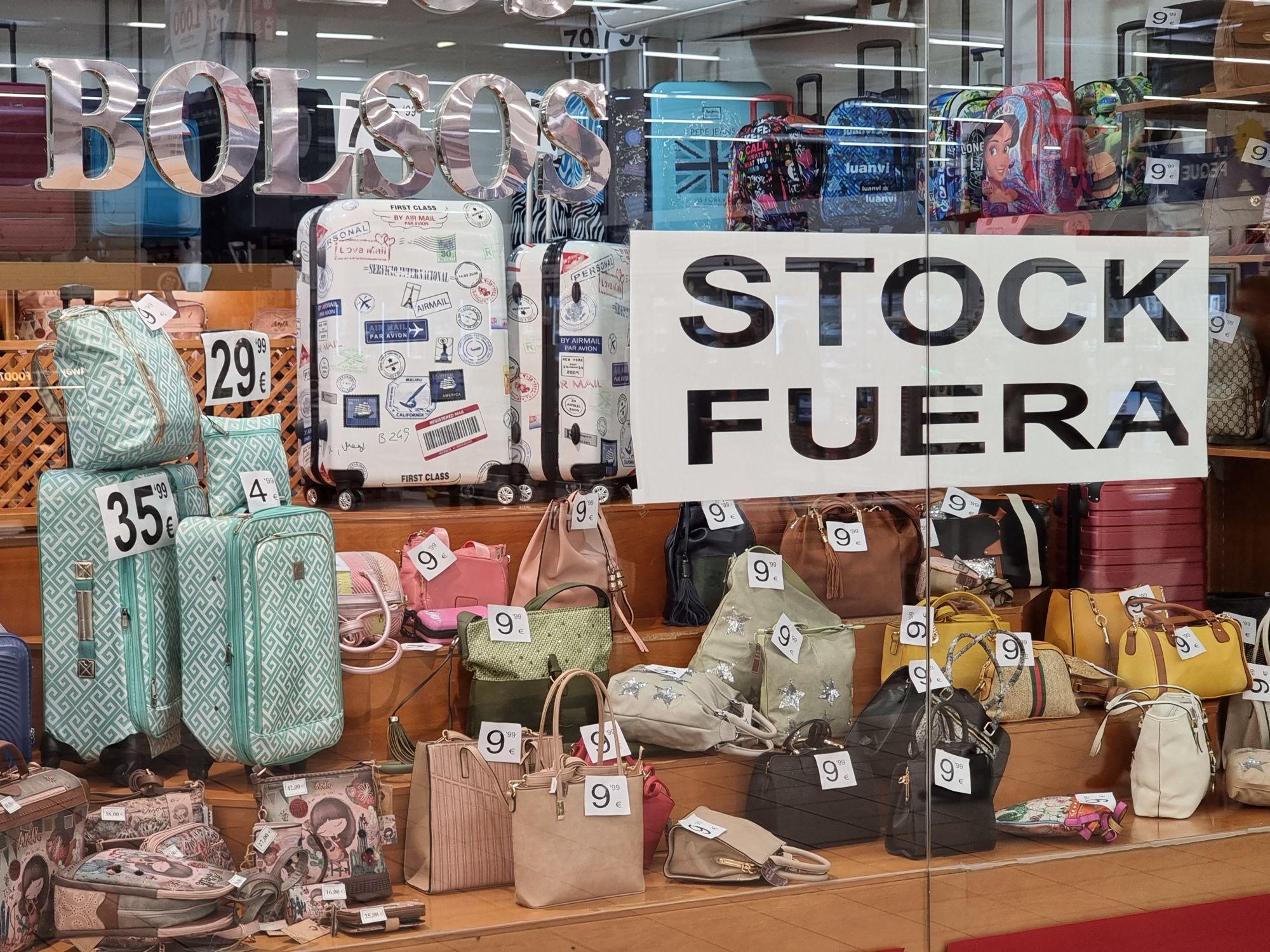 Stock fuera de la casa de los bolsos en el interior del carrefour de Plasencia