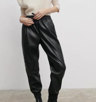 Pantalón jogger efecto piel Zara tallas S y M