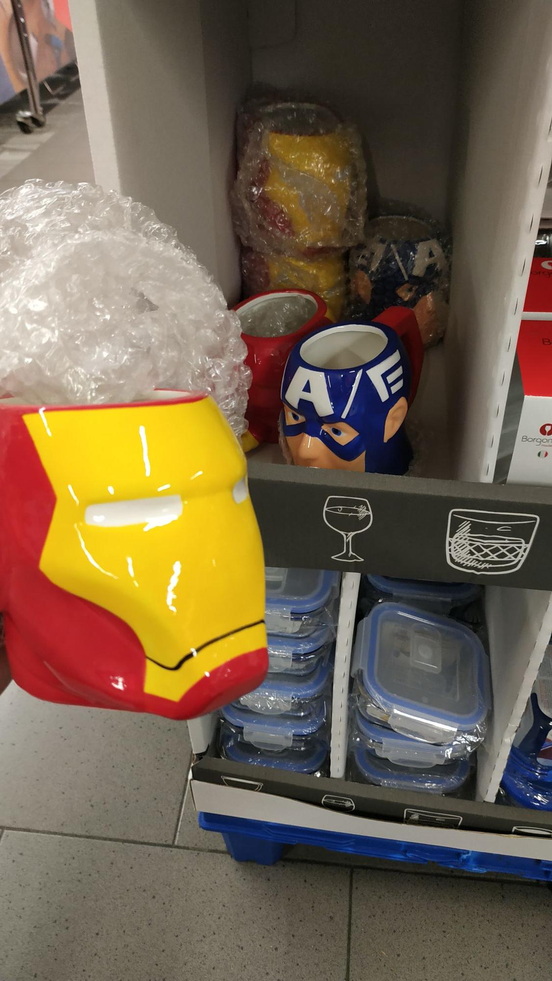 Taza en liquidación de Capitan América y Tony Stark. (En Aldi, Zona Hipercor en Jerez de la Frontera)
