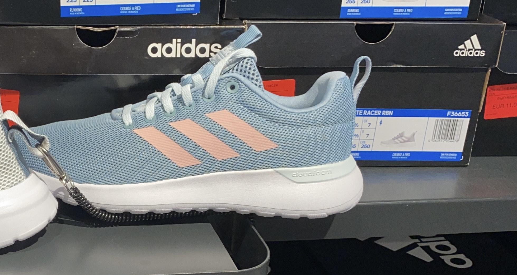 Zapatillas de deporte Adidas en la tienda Adidas del área sur de jerez