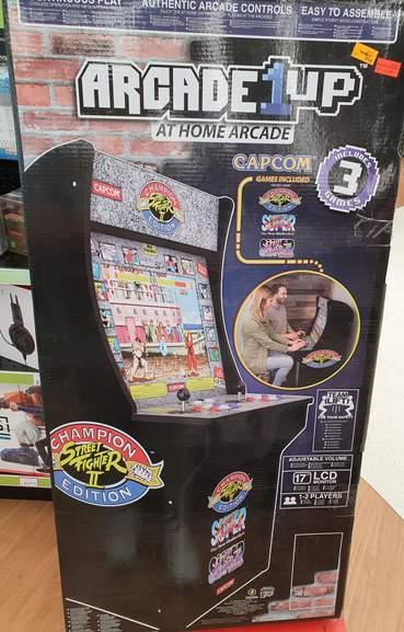 Maquina arcade de street fighter 2 rebajada en Toys r Us Alcorcon
