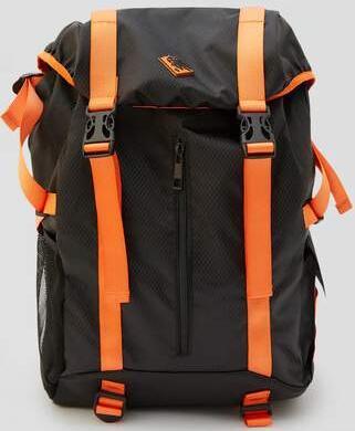 Mochila de montaña negra Pull & Bear con correas naranjas