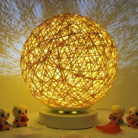 Lámpara con luz creativa y de proyección de estrella romántica junto a la cama